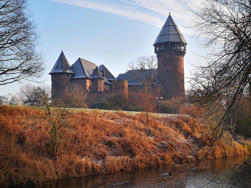 Die Burg, der Fluss und derPiranha